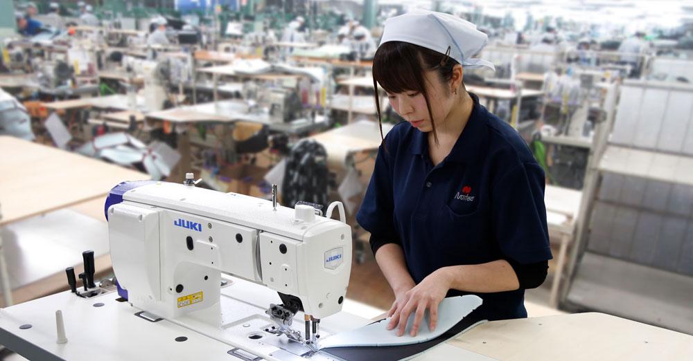 縫製作業中の女性の写真